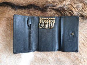 lederen sleutelhanger en portemonnee met ijzeren haakjes