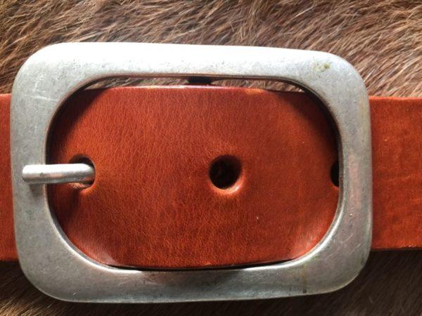 Hippe cognac bruine riem met ronde gesp van rund leder, 4cm