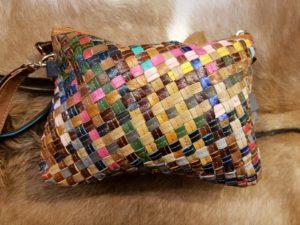 Nieuw in de collectie: Lederen gevlochten multi color tas