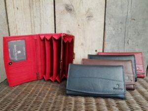 Mooie ruime lederen portemonnee met ijzeren knip sluiting
