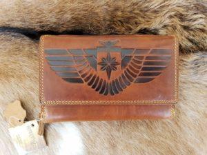 Grote lederen portemonnee met een ruim ritsvak en stoere print