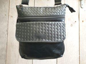 Hippe zwarte tas met gevlochten print en verstelbare riem