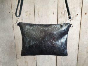 Ruim zwart leder tasje met slangenprint