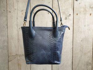 Blauw tasje van leer met slangen print