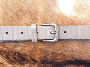 Sterke lederen riem met nikkelvrije gesp, licht grijs