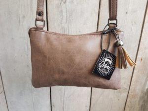 Tasje en portemonnee tegelijk, met ritsjes en pasjes vakjes, bruin