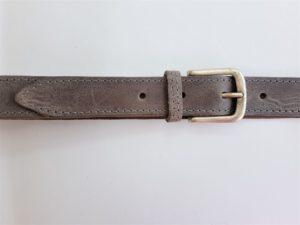 Grijze lederen riem, geheel gestikt met nikkelvrije gesp