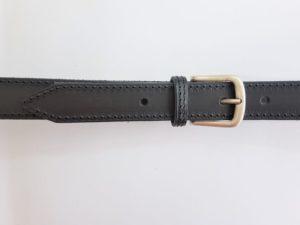 Zwarte lederen riem, geheel gestikt met nikkelvrije gesp