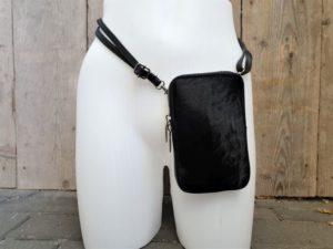 Koeienhuid zwart heup en schouder tasje afgewerkt met echt leder