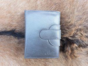 Compacte portemonnee afgesloten met drukkers, grijs leder