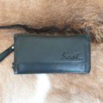 Ruime dames portemonnee die als clutch of schouder tasje gedragen kan worden.