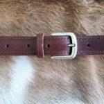 Bruine lederen riem, geheel gestikt met nikkelvrije gesp