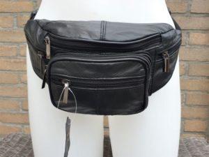 Zwarte heuptas met vakken en ritsen van mooi soepel leer