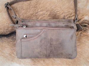 Bruin schoudertasje, klein en toch ruim met veel rits vakken